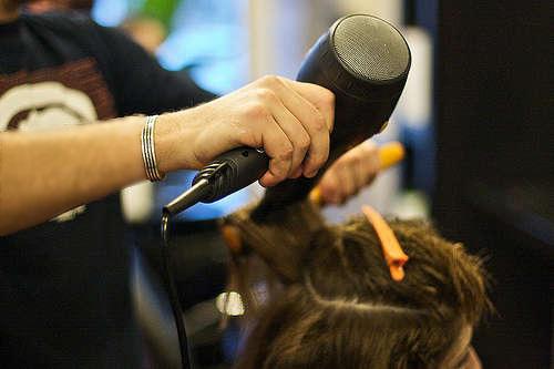 Oggiono, marcia indietro della GdF: annullato il verbale per la giovane parrucchiera
