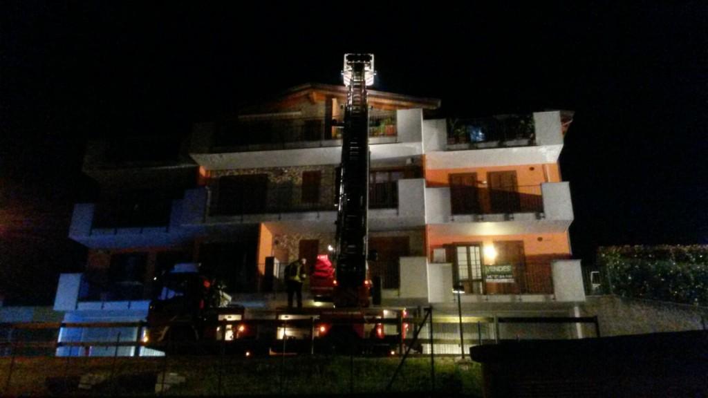 Incendio a torre de busi in fiamme il tetto di una for Piani di cabina della torre di fuoco