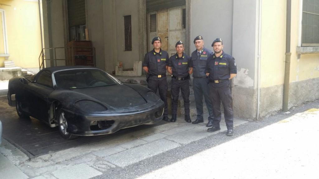 Gdf sequestra una falsa Ferrari