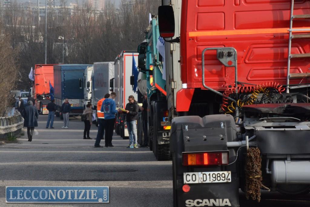 Tir in corteo a Lecco: gli autotrasportatori ingranano la marcia della mobilitazione