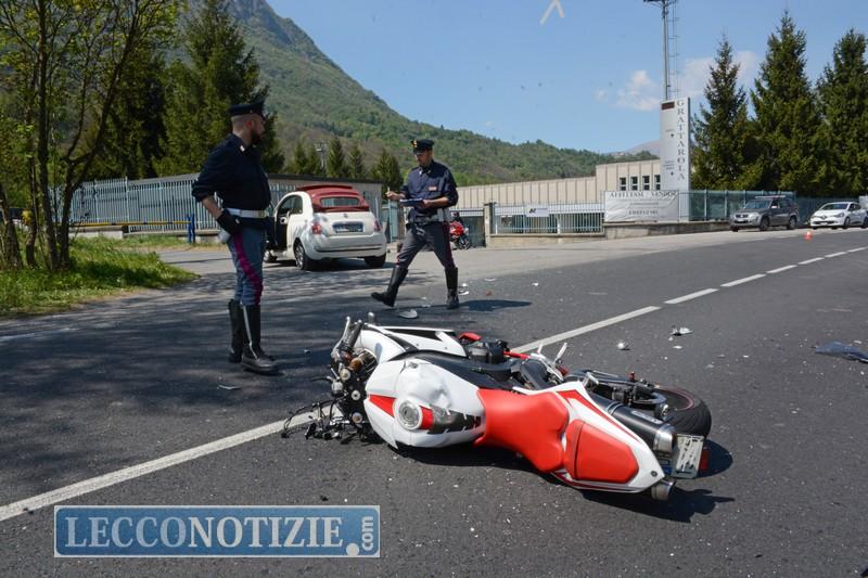 Taceno, si schianta in moto contro auto: valtellinese muore sul colpo
