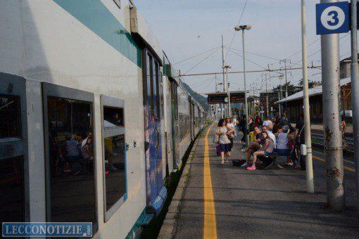 Paura sul treno, controllore accoltellato nel Lodigiano: caccia all'aggressore