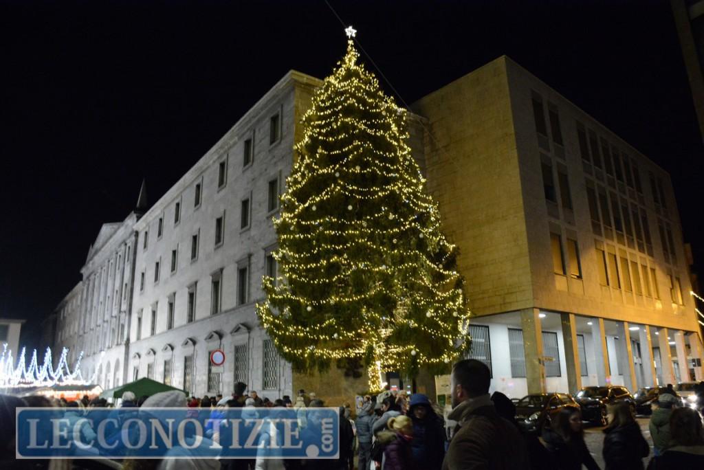 Acceso il grande albero in piazza s 39 illumina il natale a for Mercatini lecco