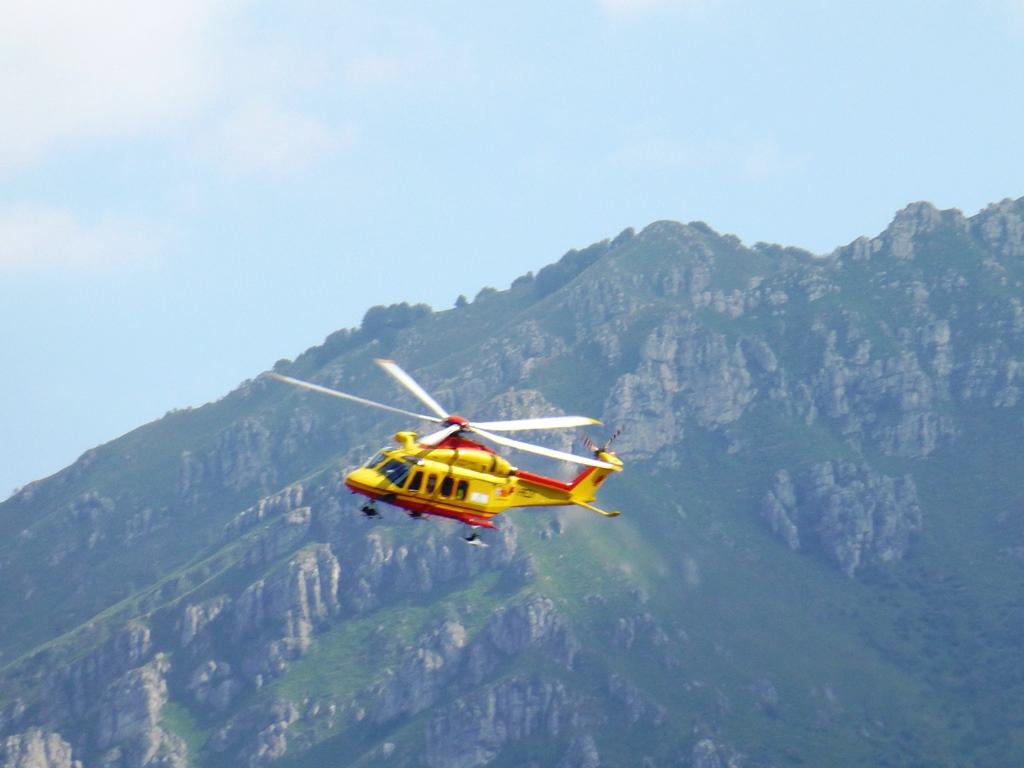 Elicottero Lecco : Piani d erna l elicottero del soccorre una enne
