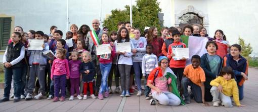 Foto di gruppo davanti al municipio di Mandello dopo la cerimonia di consegna delle cittadinanze civiche