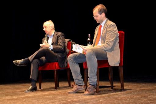 Walter Veltroni e Marco Magistretti sul palco del Teatro della Società