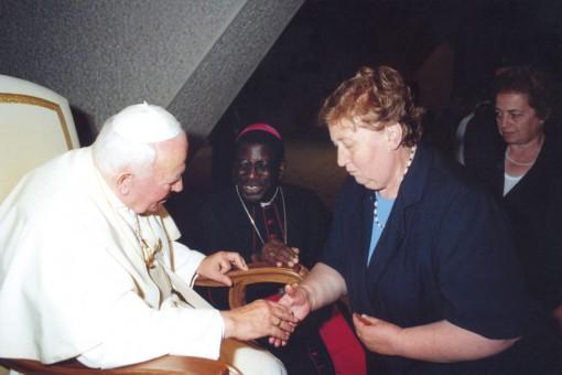 E' il 30 giugno 2000. La mandellese Marilisa Compagnoni davanti a Giovanni Paolo II. Al centro, padre Fidèle.