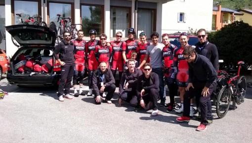 Il giovane afgano posa con la squadra della BMC Racing Team di Evans.