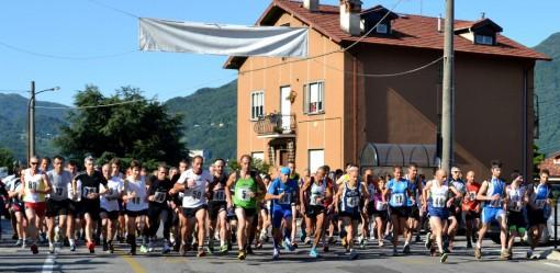 La partenza della Luzzeno-Manavello di corsa in montagna disputata domenica 18 maggio a Mandello.
