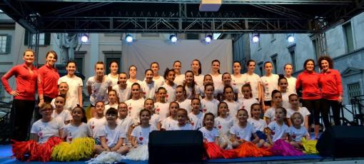 Foto di gruppo sul palco di piazza Gariblldi per le giovanissime ginnaste della Polisportiva Aurora di Olgiate Molgora.