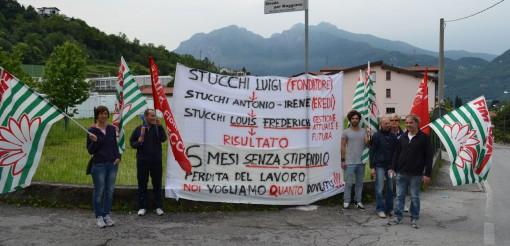 """Il presidio dei lavoratori davanti alla """"Stucchi Luigi Srl"""" di Mandello."""