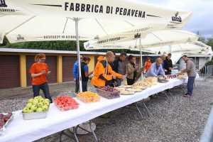 Volontari all'opera nel ristoro finale