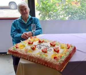 Nonna Pina Ratti Fasoli e la sua torta di compleanno.