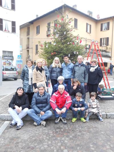 Il gruppo volontari Pro Loco di Galbiate con alcuni bambini