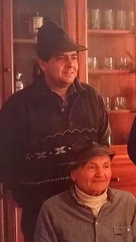 """Una foto di famiglia: Ermes Gaddi è ritratto cobn suo padre, Carlo """"del pozz"""", che fu presidente onorario degli alpini mandellesi."""