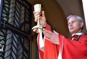 """Don Pietro Mitta, parroco del """"Sacro Cuore""""."""