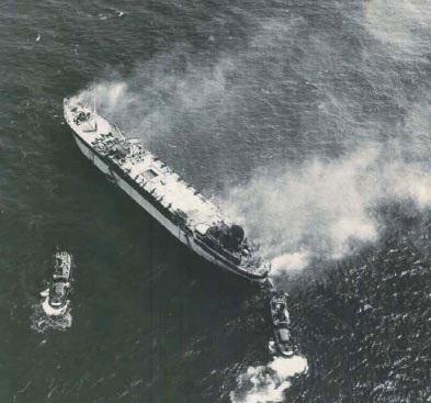 """La """"Heleanna"""" in fiamme. E' il 28 agosto 1971. Su quella nave c'erano la famiglia dell'architetto Ezio Fasoli e Alis Agostini."""