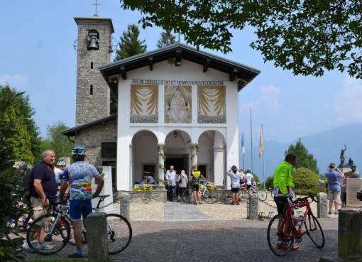 Sabato prossimo, 18 luglio, si rinnoverà al santuario del Ghisallo il ricordo dei ciclisti scomparsi, a cominciare da Fabio Casartelli, morto esattamente vent'anni fa al Tour de France.