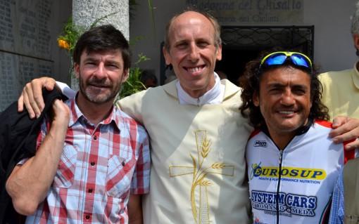 Don Agostino Frasson al Ghisallo due anni fa con gli ex ciclisti Gianni Bugno e Claudio Chiappucci.