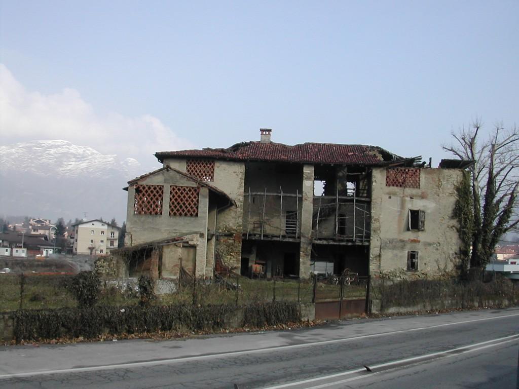 vista cascina lato sud prima dei lavori fonte: www.elenaformenti.it