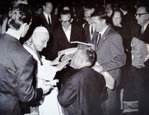 Maggio 1963: il Cai Grigne di Mandello consegna a Papa Giovanni XXIII la teca contenente una piccozza. Si riconoscono Nino Lozza, l'allora sindaco Antonio Tagliaferri e Giovanni Zucchi. Di spalle don Luigi Bianchi.