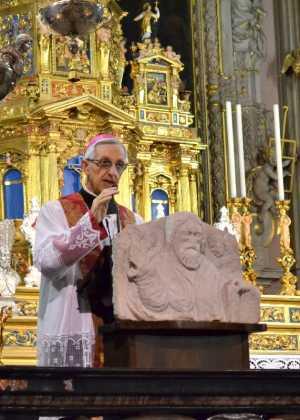 Monsignor Dante Lafranconi durante l'omelìa di ieri sera in San Lorenzo.