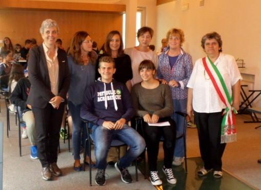 Laura Mazza e Simone Pezzilli con il dirigente scolastico Luisa Zuccoli, il sindaco Cristina Bartesaghi, l'assessore Laura Mandelli e le professoresse Rosella Pini, Silvana Mandelli e Sonia Marchetti.