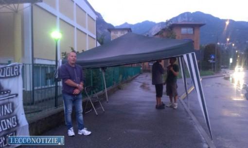 Alle spalle di Elio Canino il gazebo improvvisato nel pomeriggio per ripararsi dalla piogga
