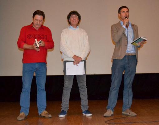 Da sinistra Mario Arosio, Oscar Malugani e Franco Vanni sul palco del cineteatro.