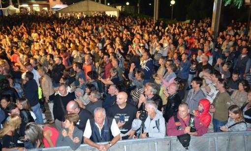 Folla ieri sera in piazza Mercato a Mandello per la seconda giornata del week-end guzzista.