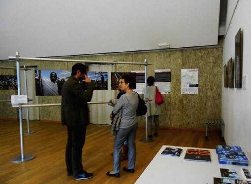 Uno scorcio della mostra fotografica allestita fino al 4 ottobre nella sala polifunzionale del Lido comunale di Mandello.