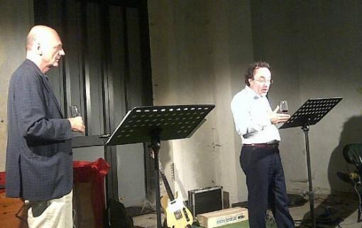 Luca Radaelli e Mauro Rossetto durante il recital tenuto alla stazione ferroviaria di Fiumelatte.