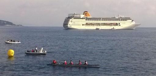 Uno scenario decisamente suggestivo per l'arrivo nel porto di Montecarlo dell'equipaggio misto.