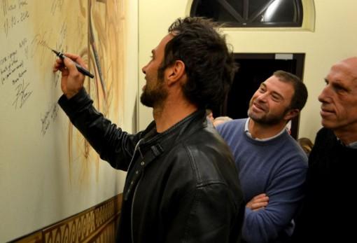 Gilberto Simoni, vincitore di due Giri d'Italia, firma il murales dei campioni.