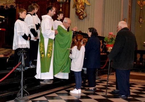 Un momento della celebrazione eucaristica di domencia 25 ottobre nell'arcipretale di San Lorenzo a Mandello.