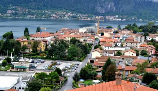 Una veduta di Mandello. In primo piano la zona di Pramagno e l'area degli impianti della Polisportiva e della Lega navale.