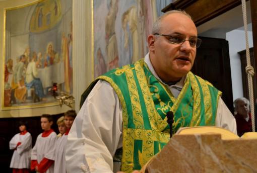 Don Massimo durante la messa di saluto oggi nella chiesa parrocchiale di Somana.