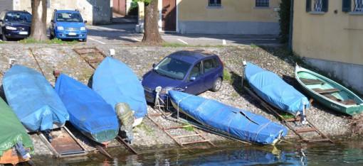 La Ford ferma contro le barche ormeggiate in piazza Approdo Mulini a Mandello.