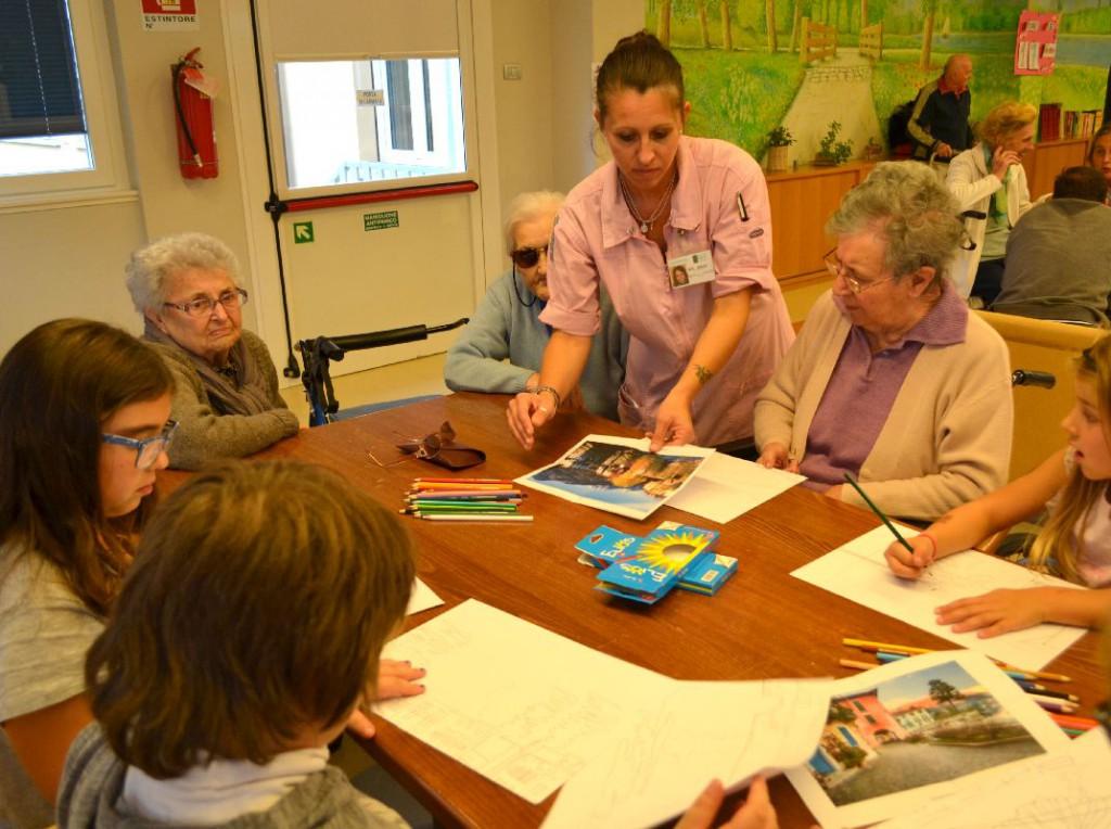 Mandello disegni di nonne e bimbi per il calendario della for Disegni semplici della casa del bungalow