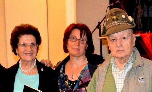 Rina Compagnoni e Luigi conato nel giugno 2013 al Teatro San Lorenzo di Mandello. Al centro la madre di Luigi Pascazio, l'alpino pugliese ucciso da una bomba in Afghanistan nel 2013.