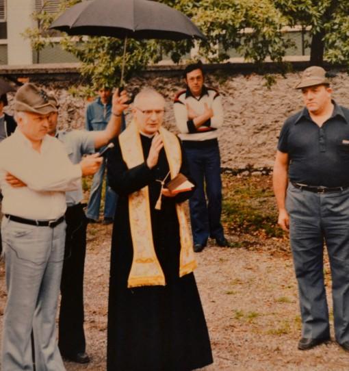 E' il 1979: viene benedetta in via Manzoni a a Mandello l'autorimessa che accoglierà gli automezzi del Soccorso degli alpini.