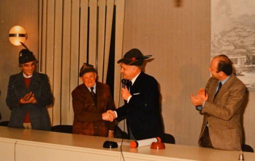 Un 'altra immagine d'archivio: al Soccorso degli alpini viene consegnato il Premio di bontà Notte di Natale 1981.