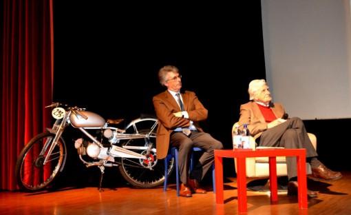 Enrico Casntoni sul palco del cineteatro comunale di Mandello con il figlio Luca.