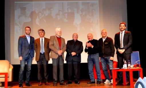 """Sul palco del """"De Andrè"""" di Mandello, da sinistra, Franco Patrignani, Luca ed Enrico Cantoni, Giovanni Rana, Angelo Tencon, Bruno Scola e il sindaco, Riccardo Fasoli."""