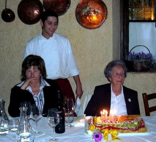 Un'altra fotografia che ritrae Tina Malagodi il giorno della festa per i suoi 90 anni.
