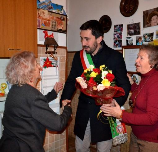 Nonna Giuseppina Magri con il sindaco di Mandello, Riccardo Fasoli, e la figlia Carla.