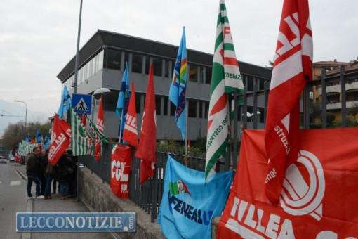 Le bandiere sindacali all'ingresso della sede di Carsana, in via Gorizia