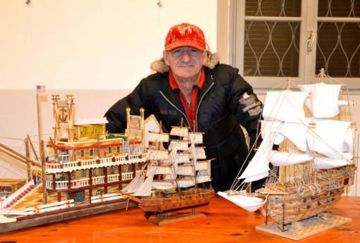 Gino Buro e alcune sue creazioni in mostra alla sala civica di via Dante a Mandello fino al 6 gennaio.