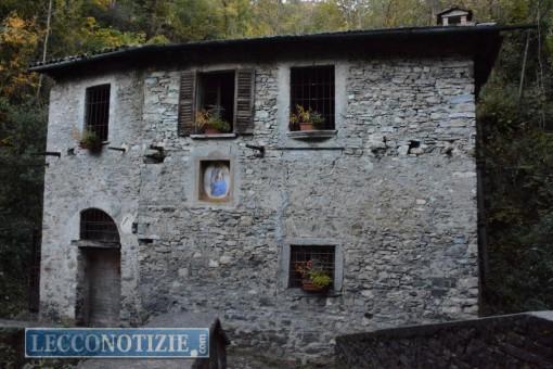 L'esterno dell'antico mulino, situato lungo il sentiero per il castello di Vezio