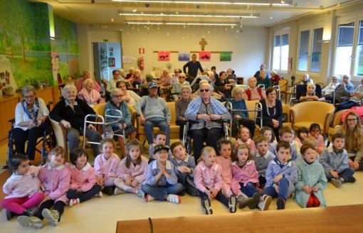 """Anziani e bimbi insieme lo scorso anno alla casa di riposo di Mandello per il progetto """"Nonno raccontami""""."""